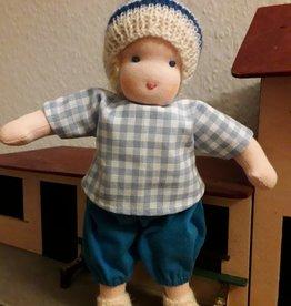 Waldorf Pop Boy met blond haar en gestreept mutsje