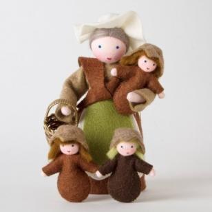 Roemeense Vingerpopjes Set Moeder Aarde en 1 Wortelkindje Mother Earth with basket and 1 Seed Doll