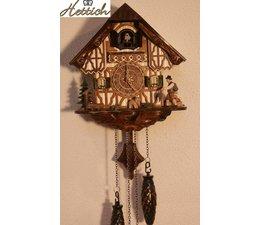 Hettich Uhren Kuckucksuhr mit Quarzwerk  23cm hoch und 20cm breit mit 12 verschiedene Melodien Kuckuck ruft stündlich Kuckuck z.B. 10 Uhr ruft er 10x Kuckuck der Kuckucksruf wird durch ein Echo und ein Wasserfallgeräusch im Hintergrund effektvoll unterstützt und spielt