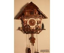 Trenkle Uhren Cuckoo Clock 30cm hoog 28cm breed handgemaakte houten leiendak met quartz uurwerk en bewegende hout chopper en molenrad