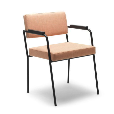 FÉST Eetkamerkamerstoel Monday met armleuningen licht bruin Kvadrat Remix2612 50/56x55x78cm