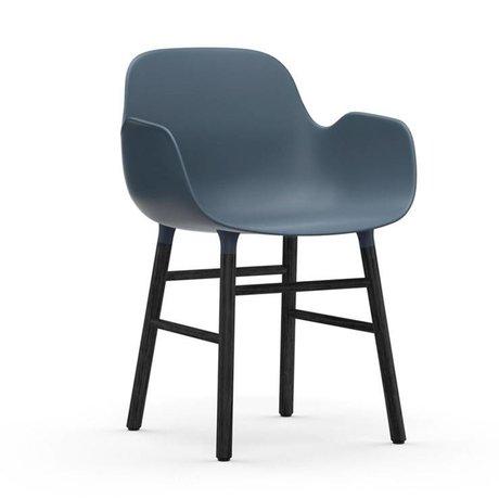 Normann Copenhagen Stuhl mit Armlehnen Formular blau schwarz Kunststoff Holz 80x56x52cm