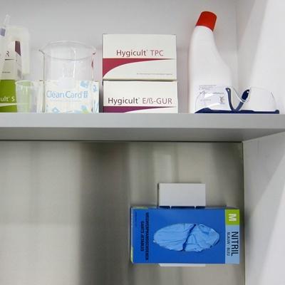Universele dispenser voor wegwerphandschoenen en facial tissue