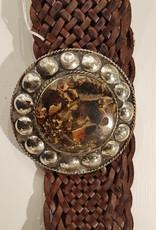 Brunt flätat läderbälte med en sten i bronsfärgat spänne