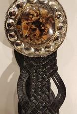 Zwart gevlochten leren riem met een steen in brons kleurige gesp