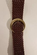 Bruin gevlochten leren riem met een brons kleurige gesp