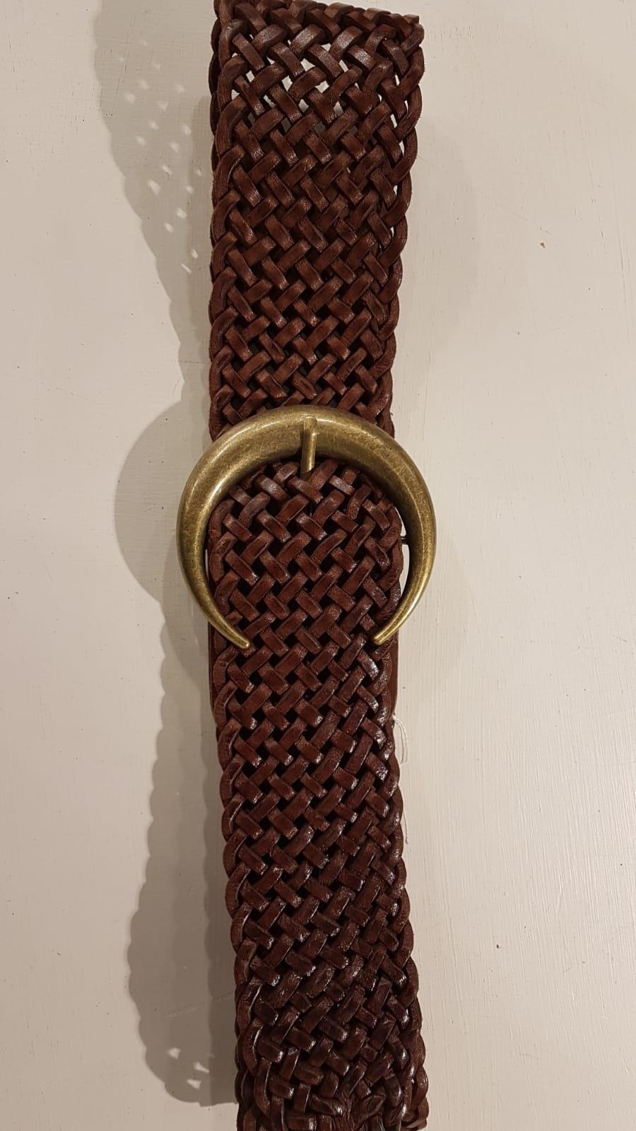 Brauner geflochtener Ledergürtel mit einem bronzefarbener Schnalle