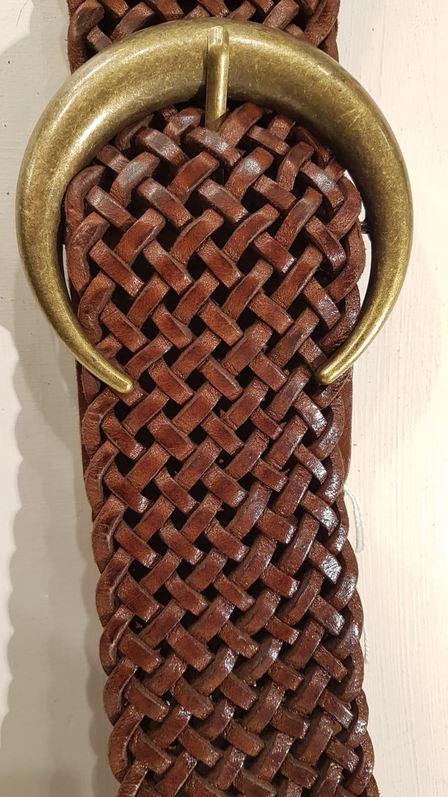 Brunt flätat läderbälte med en  bronsfärgat spänne