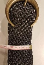 Svart flätat läderbälte med en bronsfärgat spänne