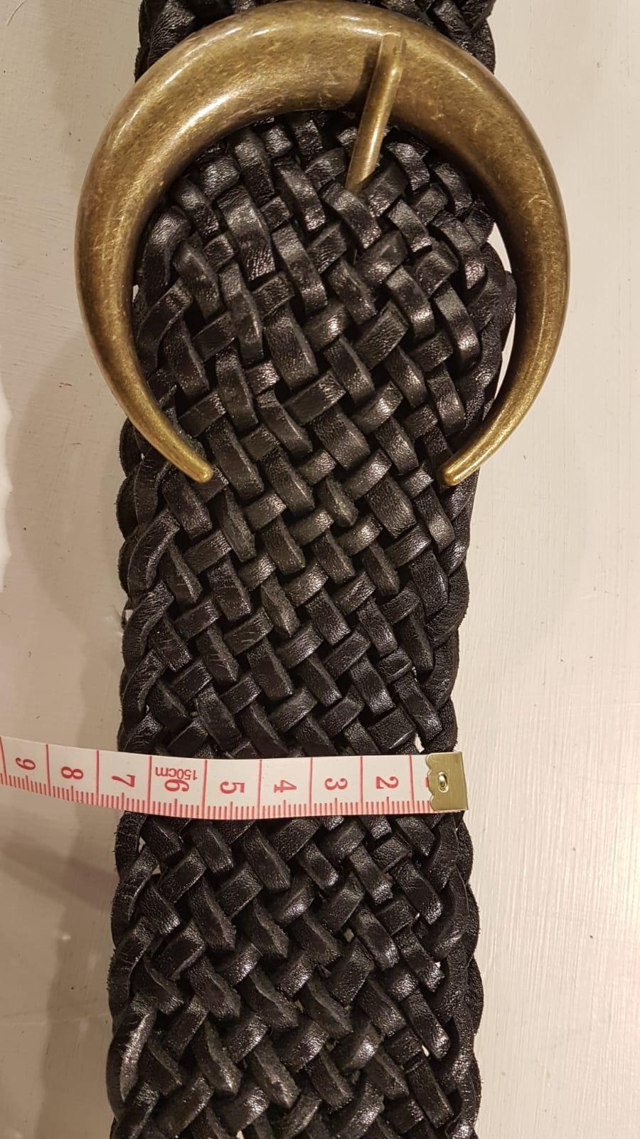 Schwarz geflochtener Ledergürtel mit einem  bronzefarbener Schnalle