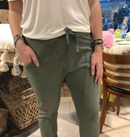 WENDY TRENDY Jogginghose Armeegrün 12 mit aufgesetzten Taschen.