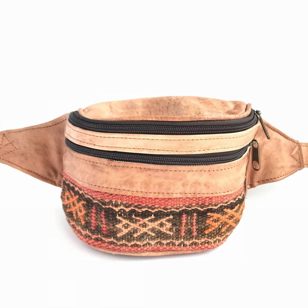 43360e4fc64 Leren heuptas met handgeweven kilim uit Marokko - Bandits & Darlings