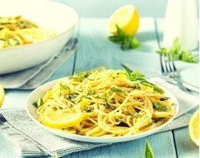 Romige pasta met citroen, peterselie en pijnboompitten