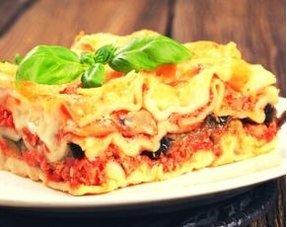 Offene Lasagne mit Lauch, Salbei und Linsen in Tomaten geschmort