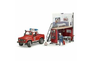 Brandweerkazerne met Land Rover Defender en brandweerman