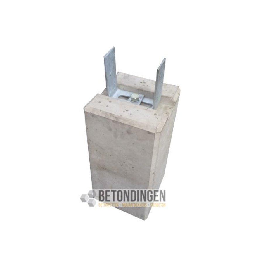 Betonpoer 22x22 en 45 cm hoog met strippen