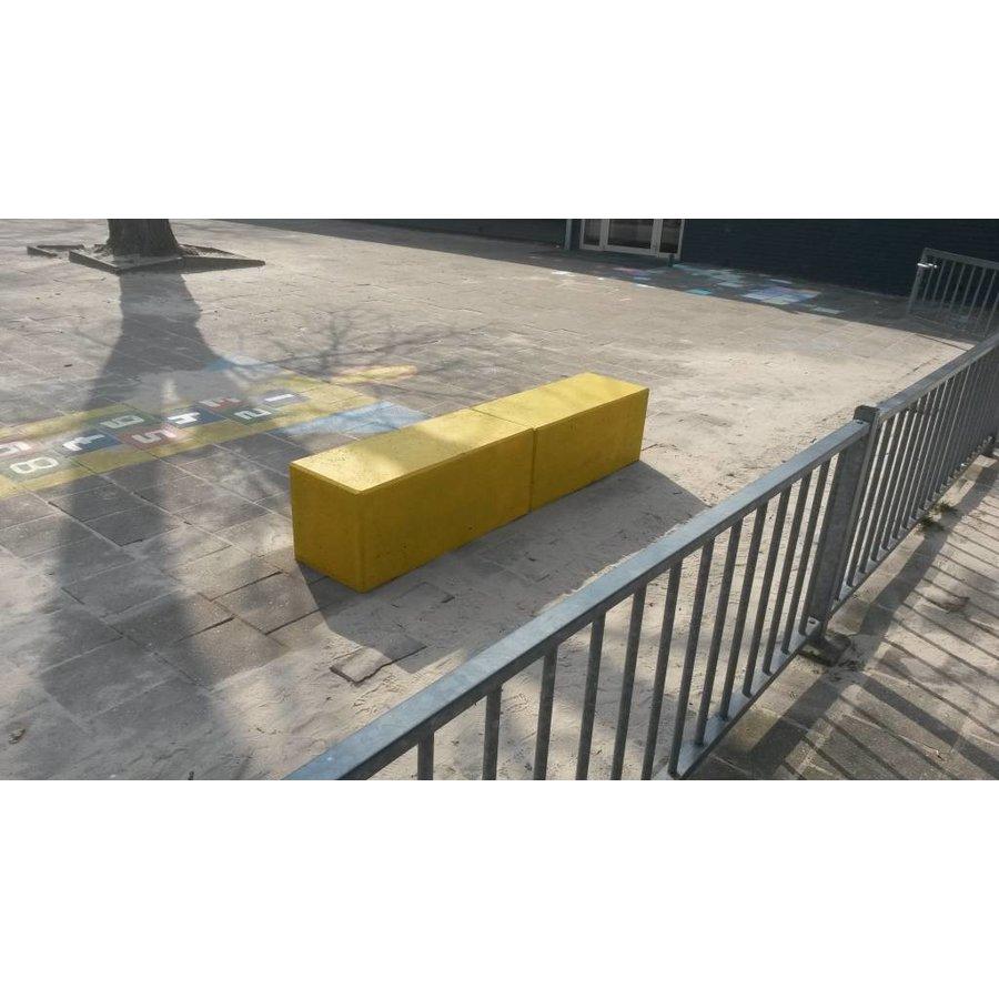 Betonnen zitbank 100 cm geel