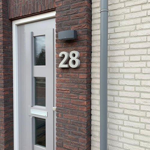Betonnen huisnummer