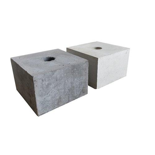 Betonpoer 15x15 en 10 cm hoog met doorlopend gat 3,2 cm