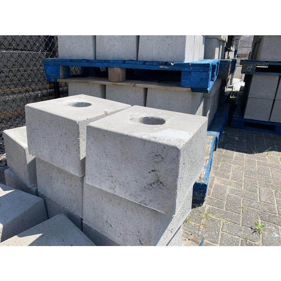 Betonpoer 30x30 en 20 cm hoog grijs met gat diameter 8,5 cm