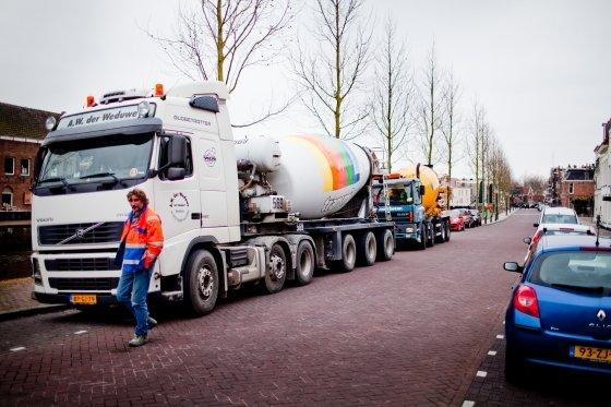 Hele dag lang betonauto's dwars door Weesp