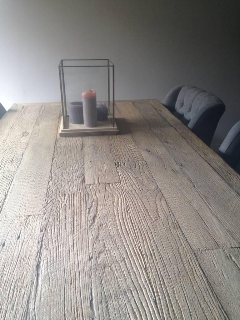 Windlicht op houten plateau