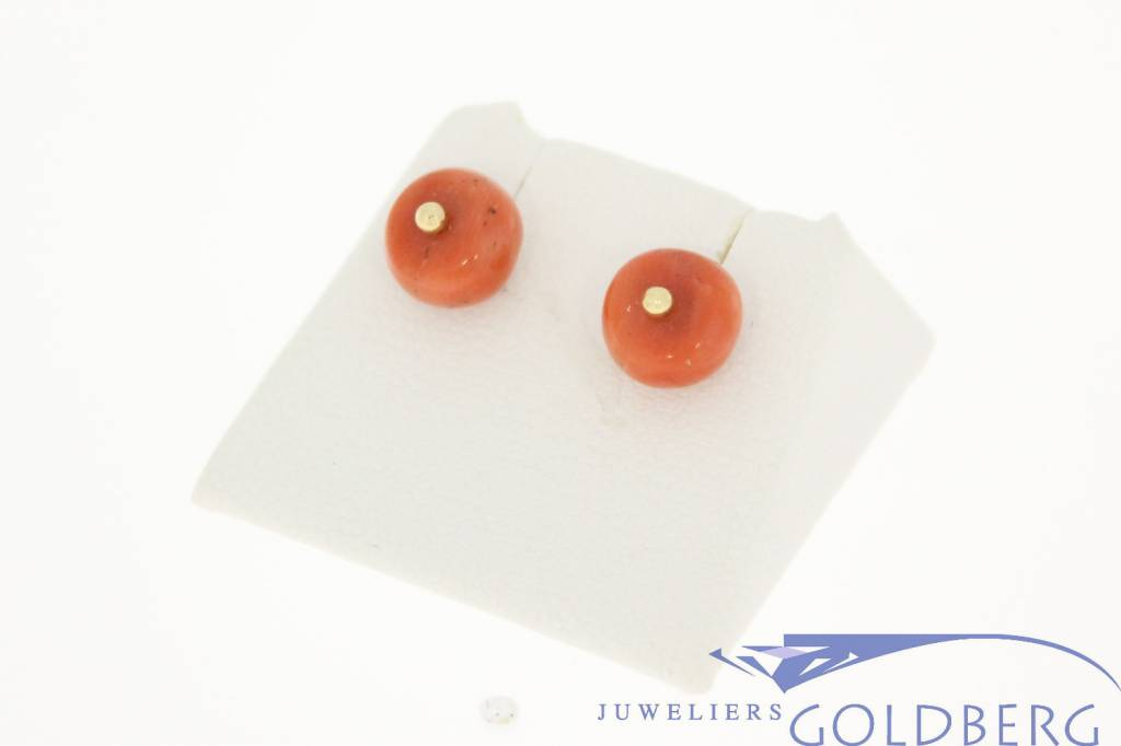 Unique 14 carat gold vintage earstuds with round red coral