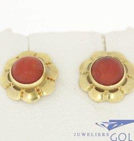 Vintage 14k gouden golvende oorstekers met bloedkoraal