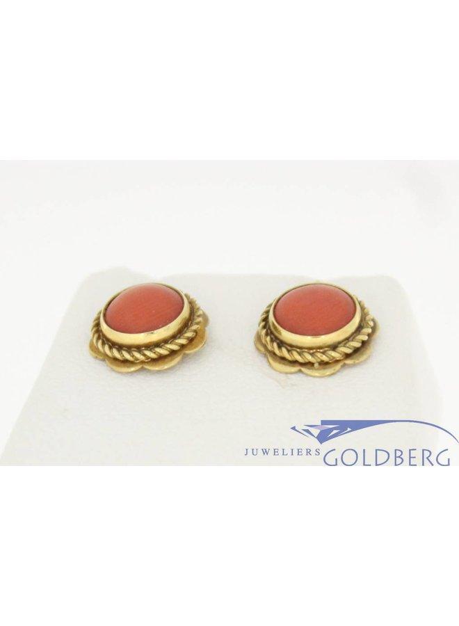 Vintage 14k gouden oorstekers met grote bloedkoraal in bloemornament