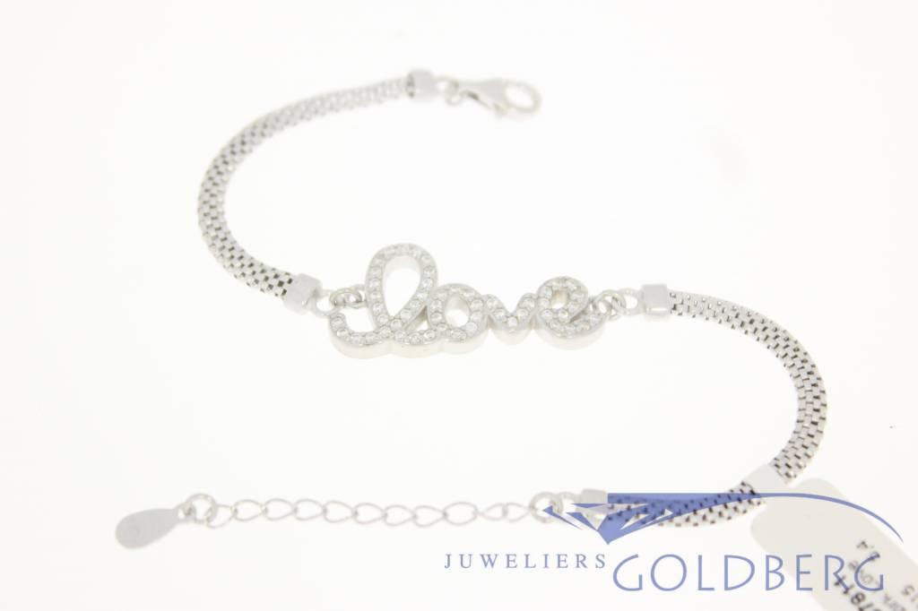 Zilveren love armbandje met zirconia's