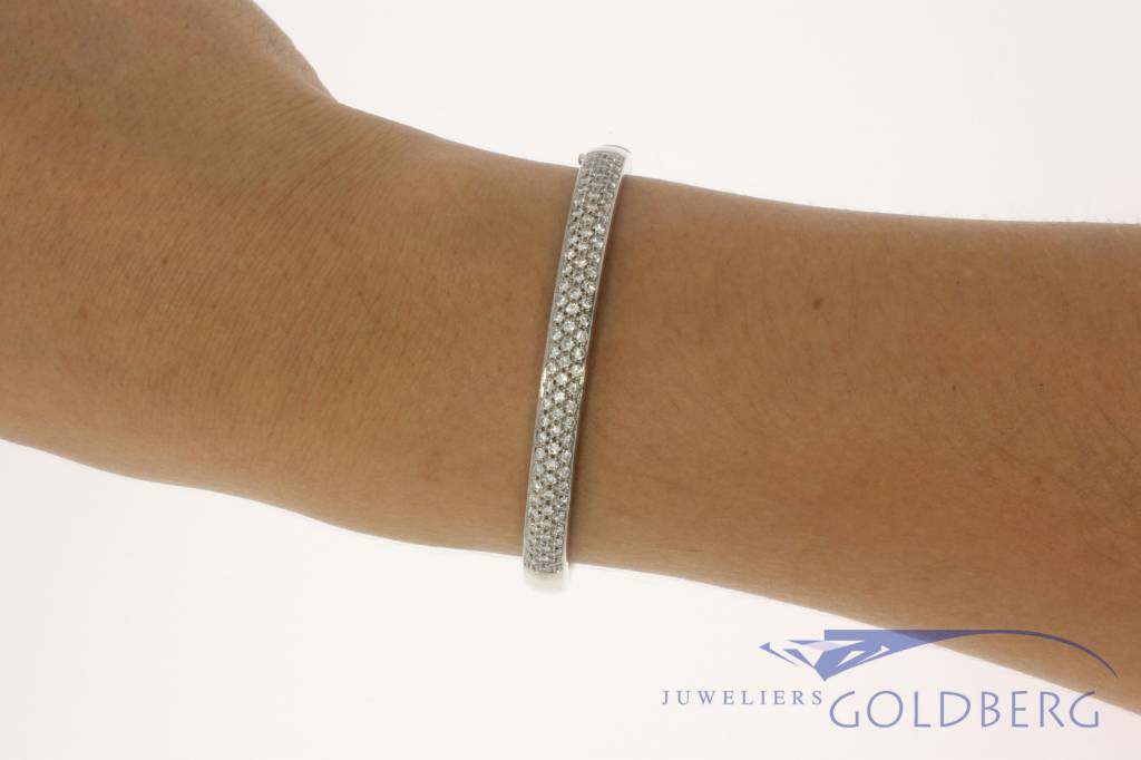18 carat white gold bangle with approx. 1.00 carat brilliant cut diamond