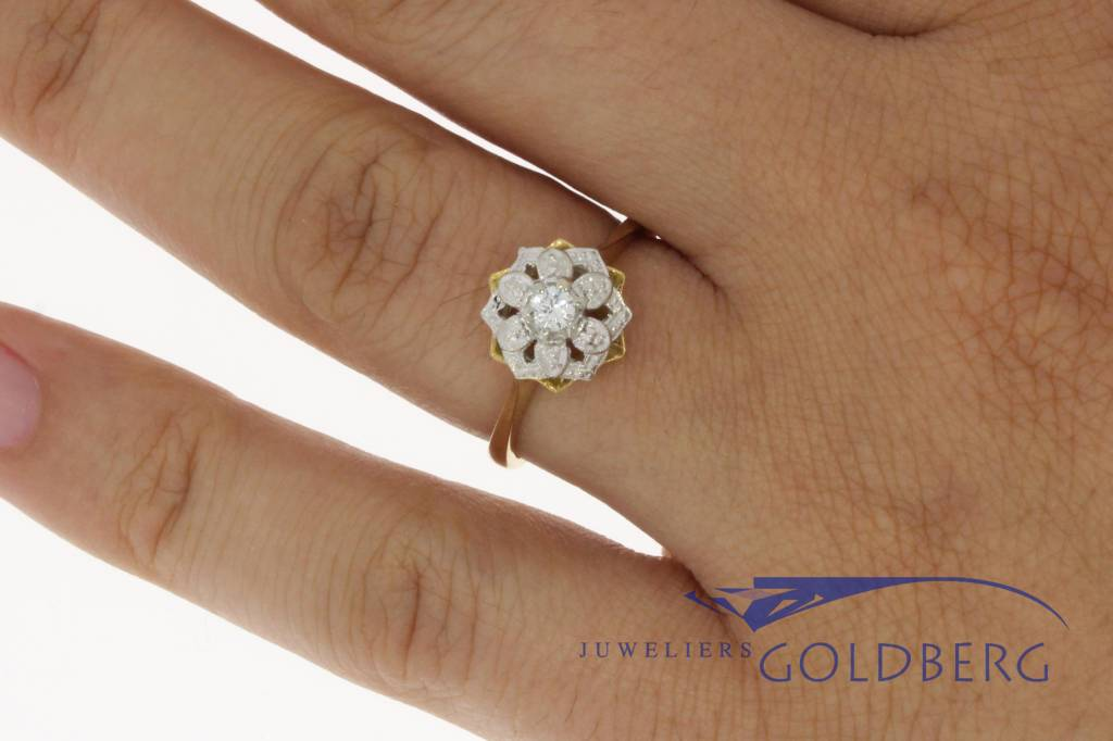 Vintage 18 carat gold rosette ring with zirconia