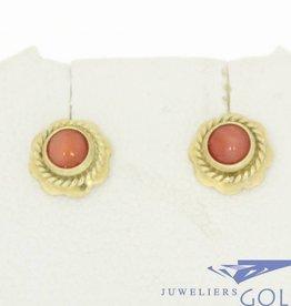 Vintage 14k gouden kleine oorstekers met bloedkoraal in bloemvorm