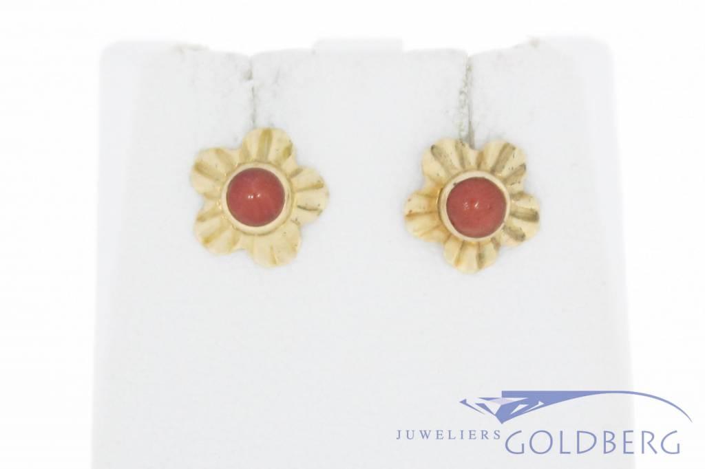Vintage 14k gouden bewerkte bloemvormige oorstekers met bloedkoraal
