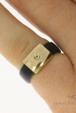 Bijzondere vintage 14k gouden en rubber ring met ca. 0.04ct diamant