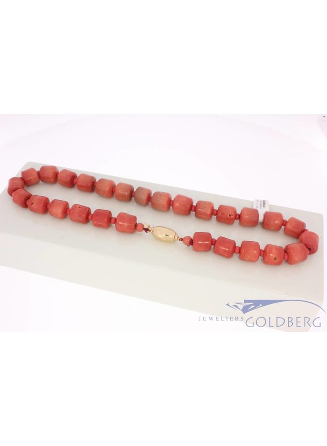 Vintage precious coral necklace, large beads and 14k gold lock