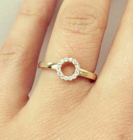 14 carat gold circle design ring with diamonds