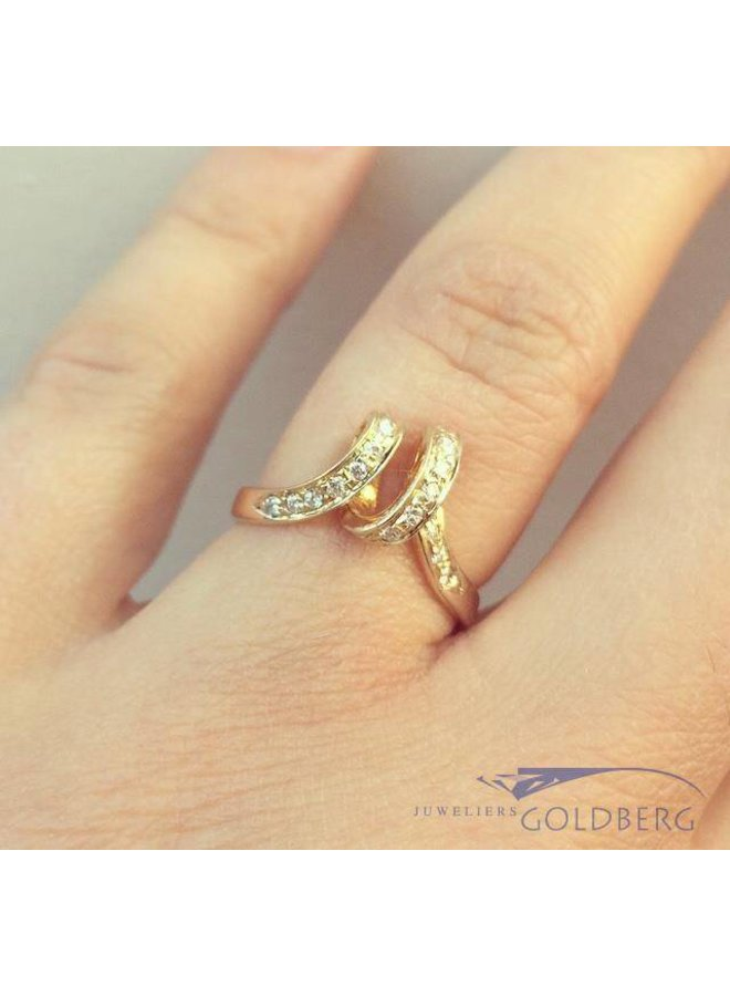 Vintage 14 carat gold curled ring with ca. 0.17ct brilliant cut diamond