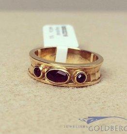 Robuuste vintage 14k gouden bewerkte ring met granaat
