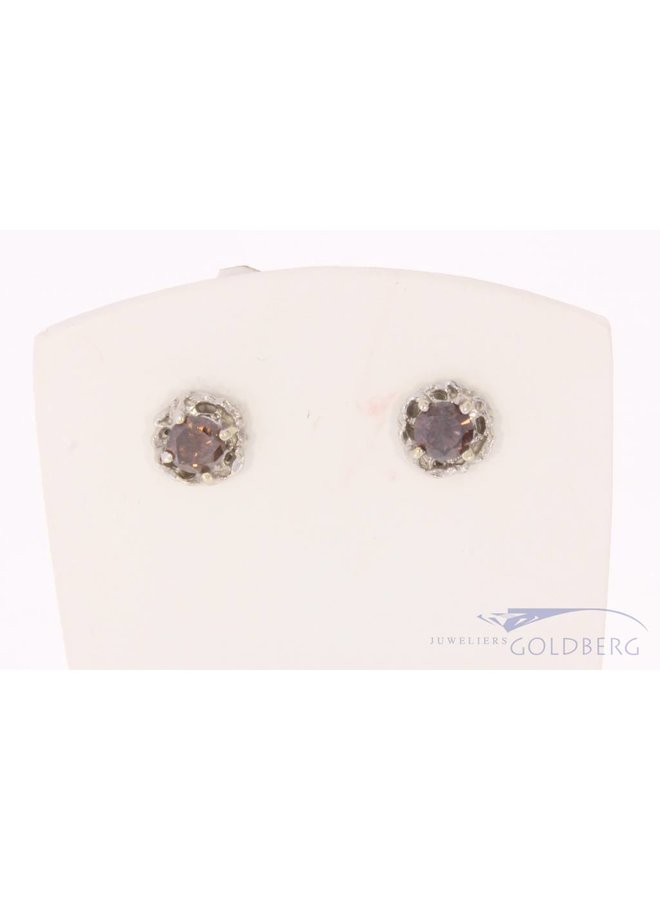 14 carat white gold earstuds with ca. 0.73ct brilliant cut brown diamond
