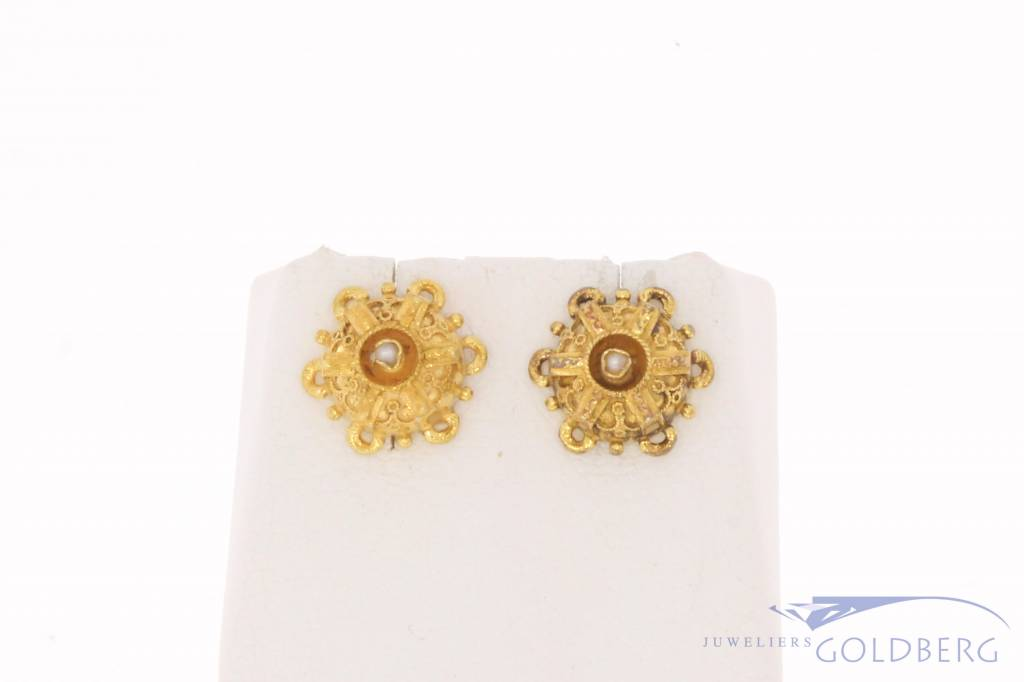 Antique/Vintage 14 carat gold edited earstuds with stone pearl