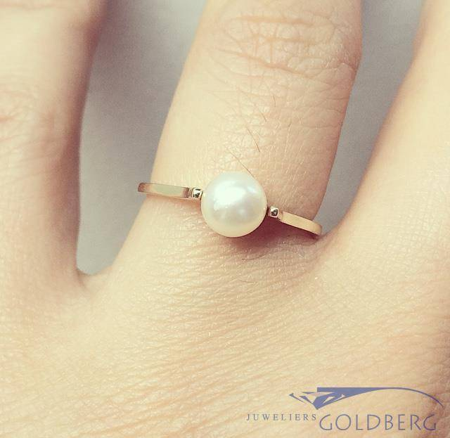 Minimalist vintage 14 carat gold ring with pearl