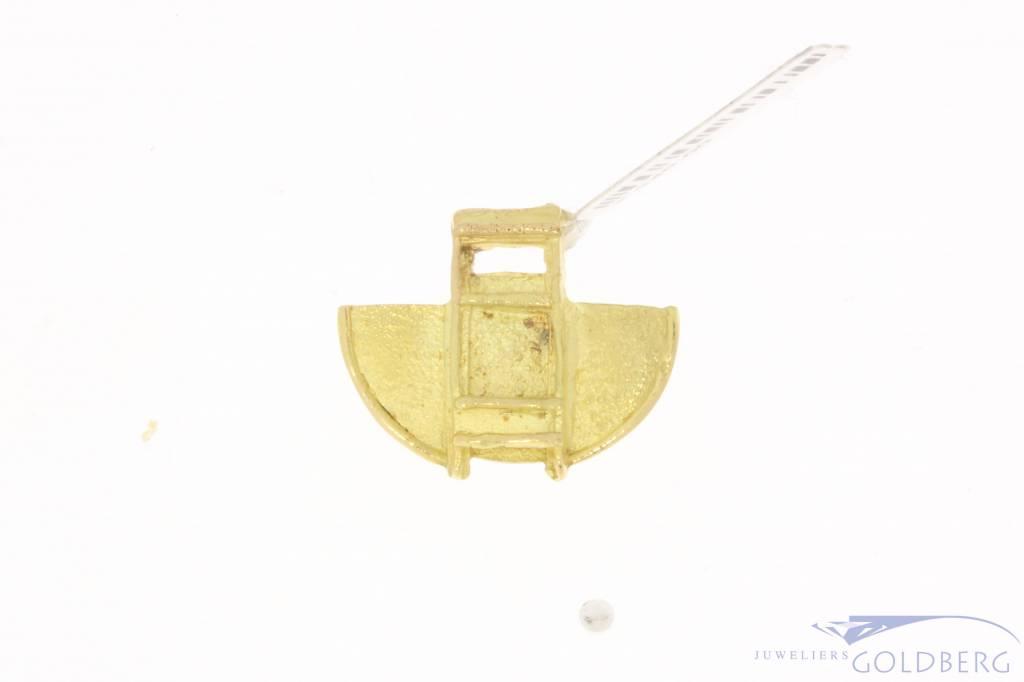 Vintage 18 carat gold matted design pendant