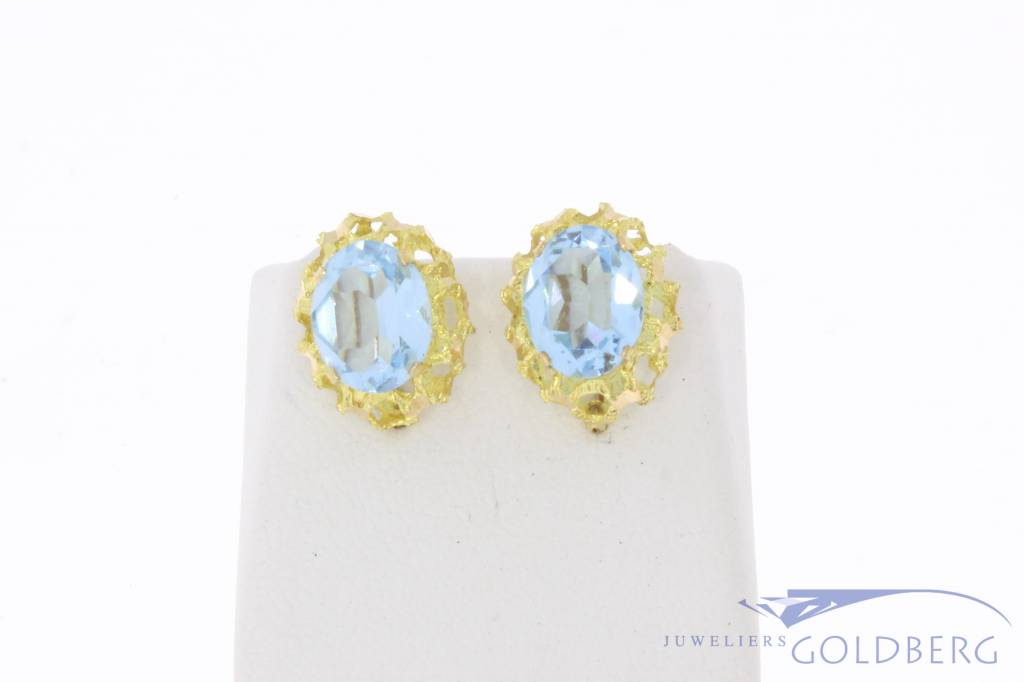 Vintage 14 carat gold earrings with aquamarine-colored synthetic spinel