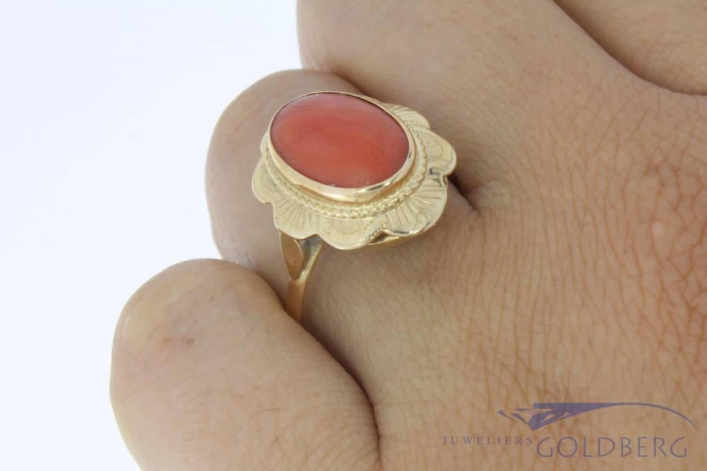 Vintage 14 carat gold flower shaped ring with red coral
