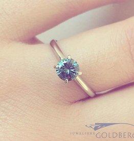 14k witgouden solitaire ring met ca. 0.65ct briljant geslepen blauwe diamant