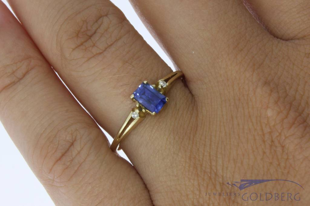Vintage 14 carat gold ring with synthetic blue sapphire and approx. 0.02ct brilliant cut diamond