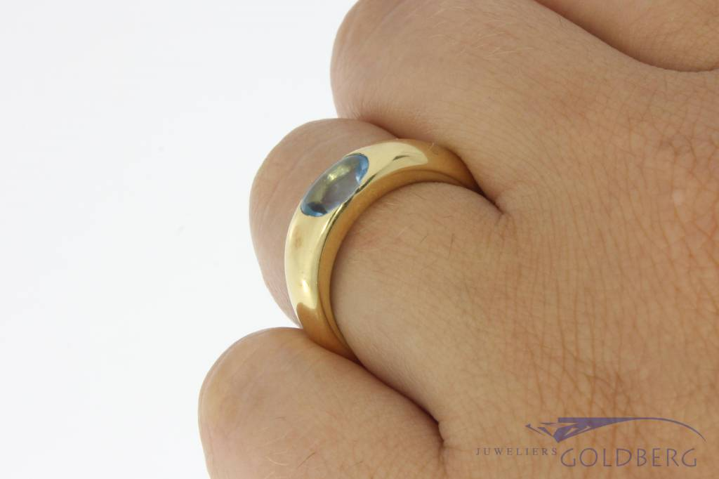 Sleek vintage 18 carat gold ring with aquamarine