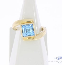 Vintage 18 carat gold ring with square aquamarine colored synthetic spinel