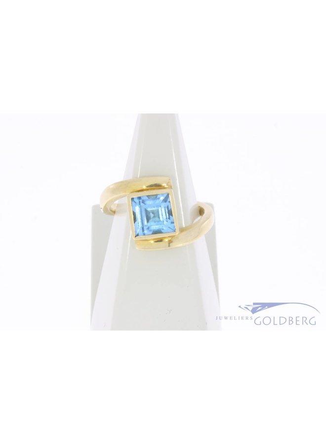 Vintage 18k gouden ring met vierkante aquamarijn kleurige synthetische spinel